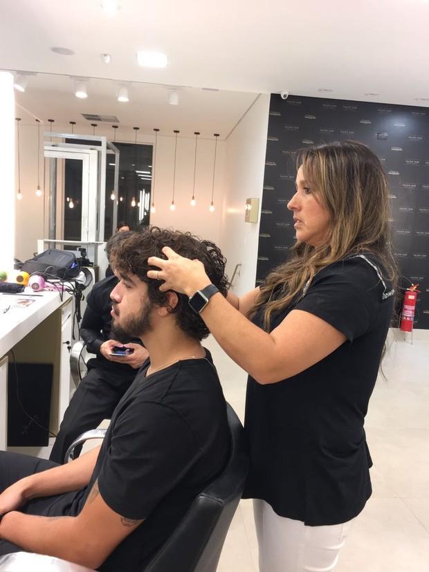 O ator com Rosângela Araújo e vendo como domar a cabeleira (Foto: Divulgação/ Emerson Lima)